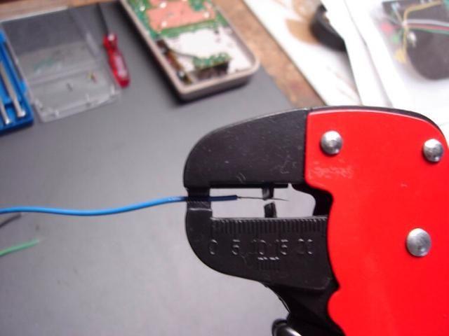 Consiga sus tres cables listos, y despojar a los dos extremos de cada cable. Dejé un extremo del cable de un poco más de tiempo para la toma, y el otro extremo a muy corto para unir a la junta.